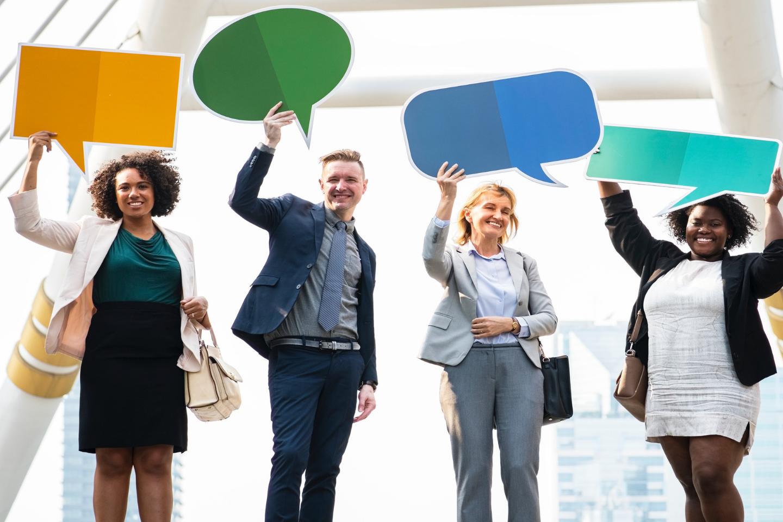 CSE - personnes en entreprise avec un panneau de dialogue